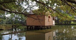 Rybářské ubytování na vodní hladině v Jižních Čechách