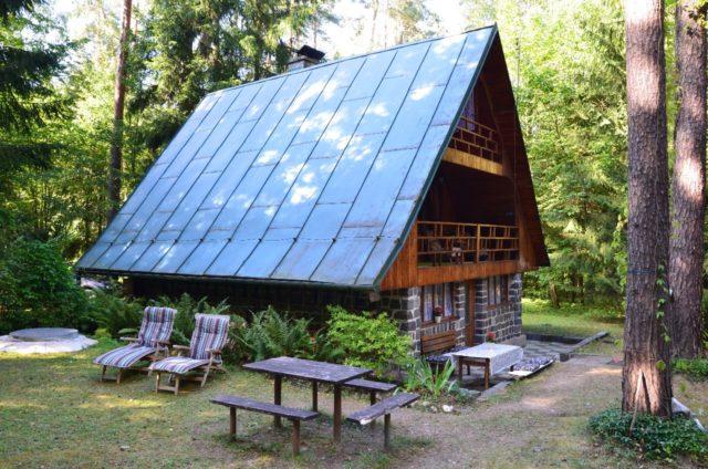 Pohled na chatu zepředu - vstup do chaty